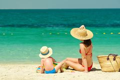 海滩的小孩男孩与母亲 免版税库存图片