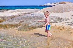 海滩的小孩男孩 免版税库存照片