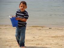 海滩的小男孩 免版税图库摄影