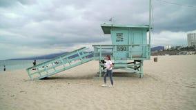海滩的少女 影视素材