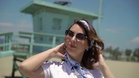 海滩的少女 股票录像