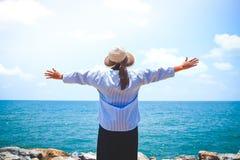海滩的年长妇女 免版税库存照片