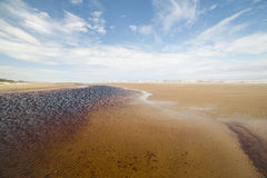 海滩的广角雨水湖与蓝天 免版税图库摄影
