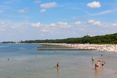 海滩的度假者在Kolobrzeg 免版税库存照片