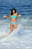 海滩的惊人的二种人种的妇女 免版税库存图片