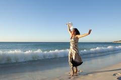 海滩的愉快和快乐的成熟妇女 免版税图库摄影
