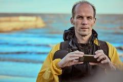 海滩的摄影师在日出 库存照片