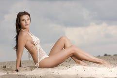 海滩的新方式相当性感的妇女 图库摄影