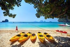 海滩的旅客在泰国 免版税库存图片