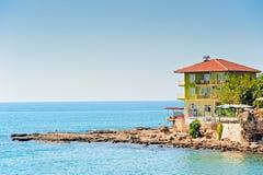 海滩的旅馆在端。 库存照片