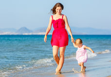 海滩的母亲和女儿 免版税库存图片