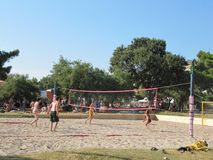海滩的沙滩排球球员剪影在日落 克罗地亚2010年7月23日 免版税库存图片