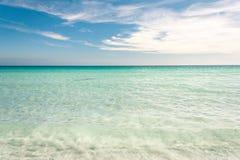 海滩的清楚的蓝色海 Sanday,奥克尼,苏格兰 库存图片