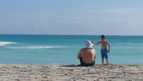 海滩的父亲和儿子 免版税库存照片
