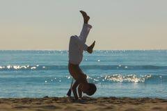 海滩的男孩运动员 免版税图库摄影