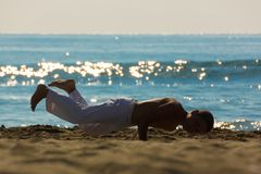 海滩的男孩运动员 免版税库存照片