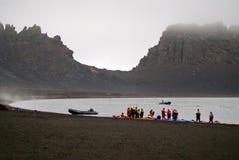 海滩的皮艇在欺骗岛,南极洲 免版税库存图片
