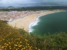 海滩的看法从山的顶端 库存图片