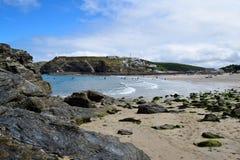海滩的看法在Portreath,康沃尔郡,英国的 免版税库存图片