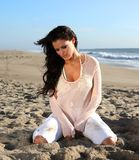 海滩的美丽的妇女 免版税库存图片