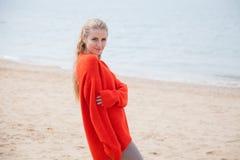 海滩的美丽的白肤金发的妇女是凉快的 免版税库存图片