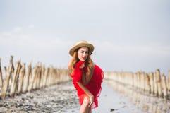 海滩的美丽的红发少女 库存照片