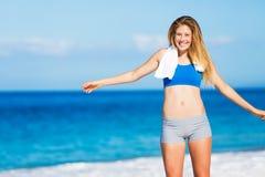 海滩的美丽的运动妇女 免版税库存图片