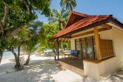 海滩的豪华美丽的小屋位于热带海岛 免版税图库摄影