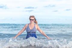 海滩的资深妇女 旅行假期向巴厘岛 库存图片