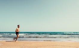 海滩的连续运动员 免版税库存照片