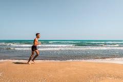 海滩的连续运动员 免版税图库摄影
