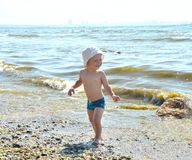 海滩的逗人喜爱的男孩 免版税库存照片