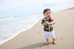 海滩的逗人喜爱的男婴 免版税库存照片