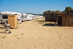 海滩的野营的地方与有蓬卡车 沙子的露营车,黑海,保加利亚 免版税库存图片