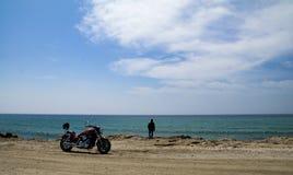海滩的骑自行车的人 免版税库存图片