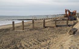海滩的Southbourne、伯恩茅斯、多西特、英国、2017年11月, A视图和被修建的新的海洋防御 免版税图库摄影