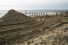 海滩的Southbourne、伯恩茅斯、多西特、英国、2017年11月, A视图和被修建的新的海洋防御 库存照片