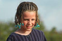 海滩相当把女孩头发编成辫子 免版税库存图片