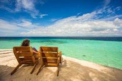 海滩睡椅、清楚的水和美丽的景色在热带海岛上, 图库摄影