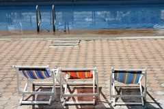 海滩睡椅五颜六色的池游泳 库存图片