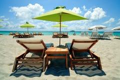 海滩睡椅休息室南伞 库存照片