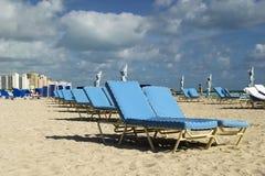 海滩睡椅休息室 免版税库存图片