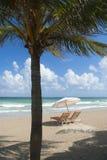 海滩睡椅伞 免版税库存照片