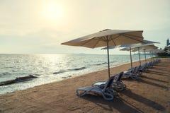 海滩睡椅和伞在夏天海岛上在普吉岛,泰国 库存图片