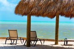 海滩睡椅和机盖由海在佛罗里达群岛 库存照片