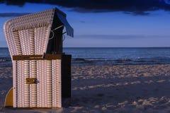 海滩睡椅在晚上 免版税库存照片