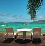 海滩睡椅天堂 免版税库存图片