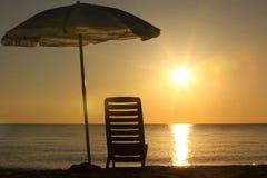 海滩睡椅开张了立场伞下 免版税库存图片