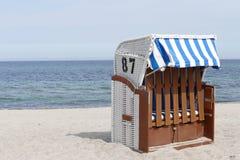 海滩睡椅找出手段海边 免版税库存照片