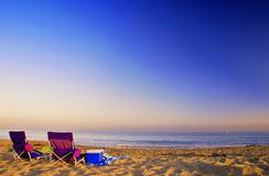 海滩睡椅日落 免版税库存图片